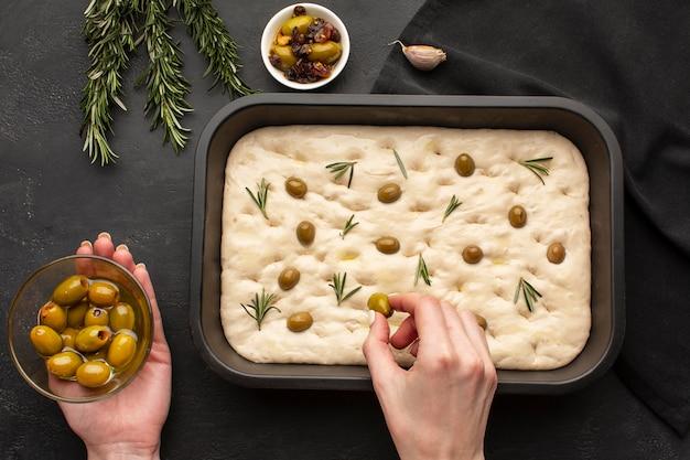 Gros plan des mains tenant des olives