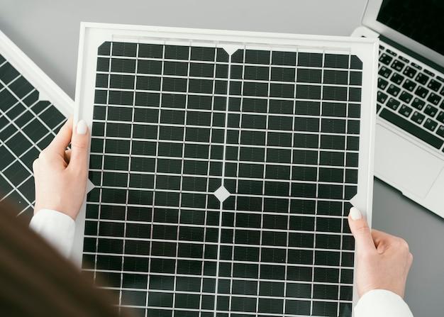 Gros plan des mains tenant un projet écologique