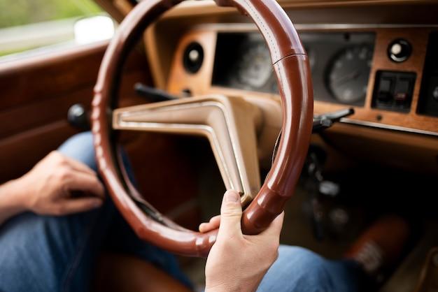Gros plan sur les mains tenant la roue