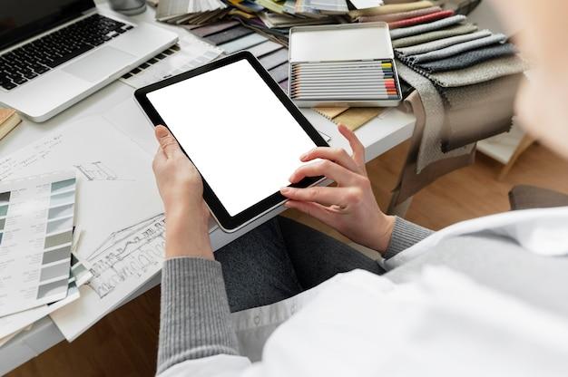 Gros plan des mains tenant la tablette