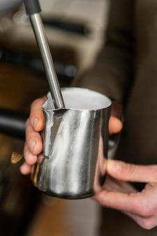 Gros plan des mains tenant une tasse de café