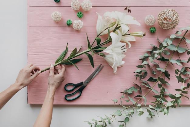 Gros plan, mains, tenue, fleurs