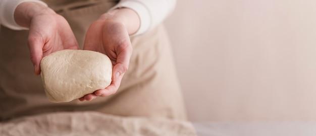 Gros plan, mains, tenue, pain, pâte