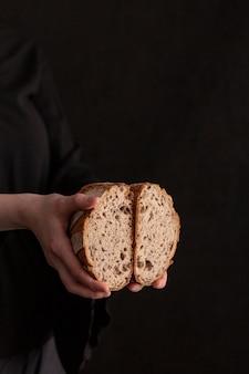 Gros plan, mains, tenue, pain