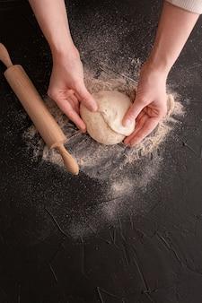 Gros plan, mains, tenue, pâte
