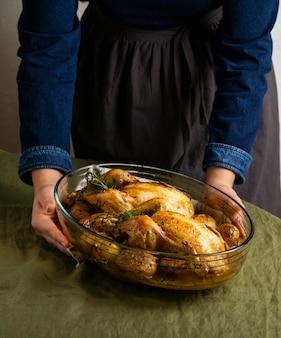Gros plan, mains, tenue, plat poulet