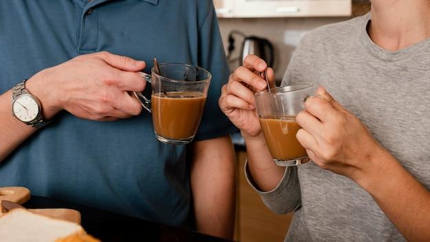 Gros plan, mains, tenue, tasses café
