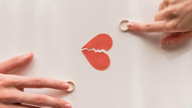 Gros plan des mains touchant les anneaux de mariage