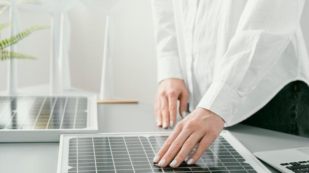 Gros plan des mains touchant le projet écologique