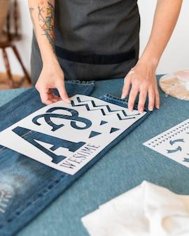 Gros plan des mains travaillant à l'atelier