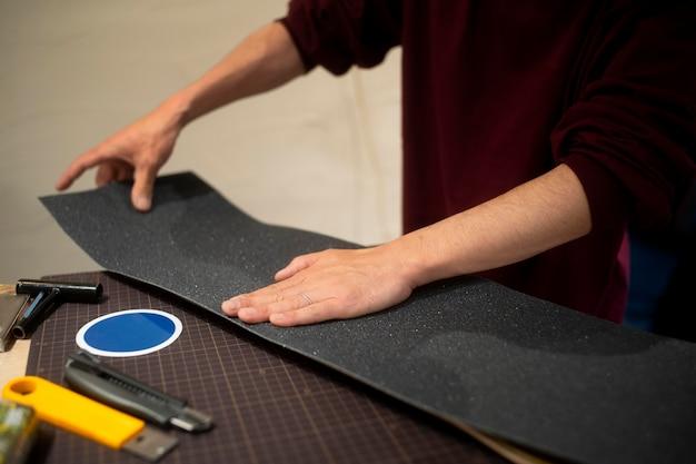 Gros plan sur les mains travaillant avec du ruban adhésif