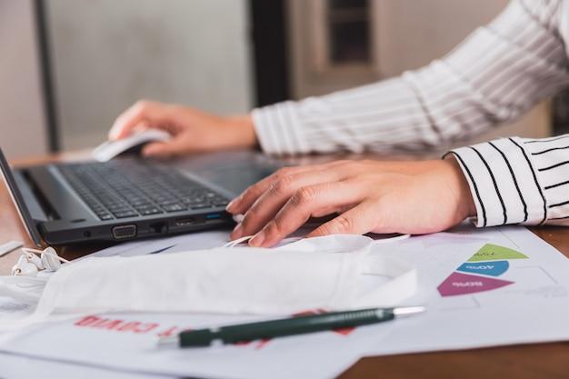 Gros plan des mains travaillant sur un ordinateur portable