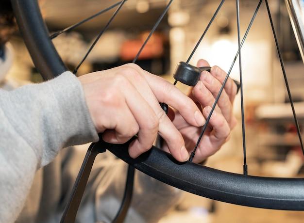 Gros plan des mains travaillant sur la roue