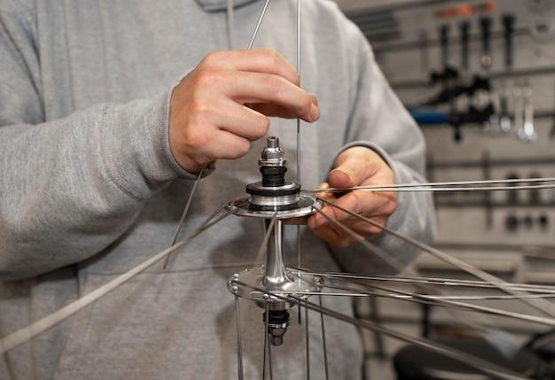 Gros plan des mains travaillant sur le vélo