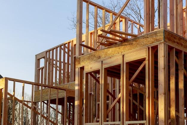 Gros plan de la maison construite en construction sur poutre et ciel bleu avec structure en treillis, poteau et poutre en bois.