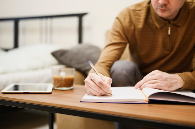 Gros plan, mâle adulte, prendre notes, pour, travail