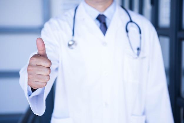 Gros plan, mâle, docteur, projection, pouces haut, à, hôpital