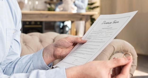 Gros plan, mâle, lecture, divorce, formulaire