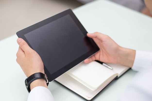 Gros plan, mâle, mains, tablette numérique, bureau