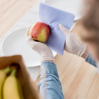 Gros plan, mâle, nettoyage, fruit