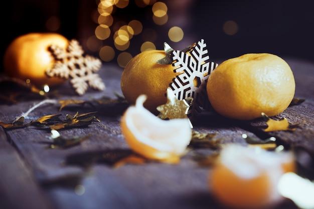 Gros plan de mandarines appétissantes sur la table. carte de noël