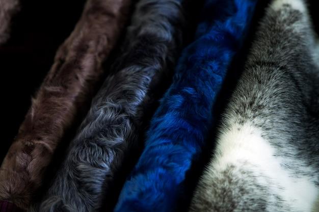 Un gros plan d'un manteau de fourrure en fourrure de vison naturel de différentes couleurs