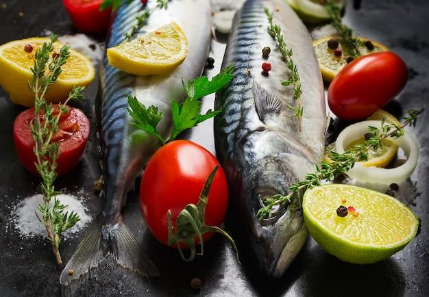 Gros plan sur le maquereau cru frais avec des légumes