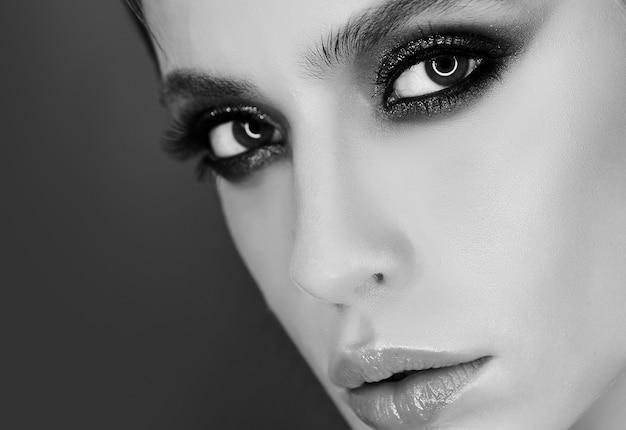 Gros plan sur le maquillage des yeux de la belle jeune femme
