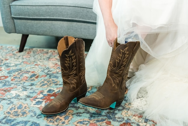 Gros plan d'une mariée portant des bottes