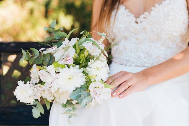 Gros plan, mariée, tenue, bouquet de fleurs, main