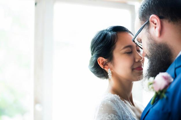 Gros plan des mariés staning ensemble amour