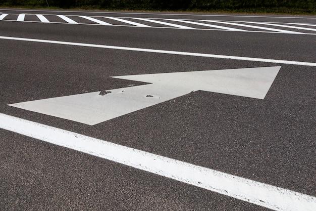 Gros plan sur les marques blanches sur la route