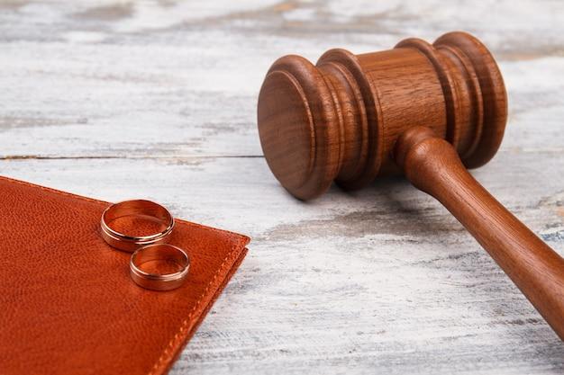 Gros plan marteau et anneaux de mariage.