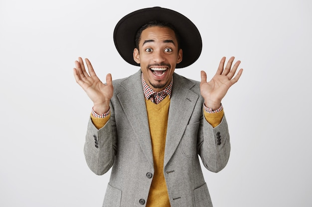 Gros plan d'un mec afro-américain joyeux surpris se réjouissant de bonnes nouvelles, applaudir