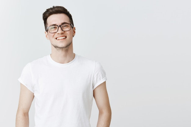 Gros plan d'un mec souriant heureux dans des verres