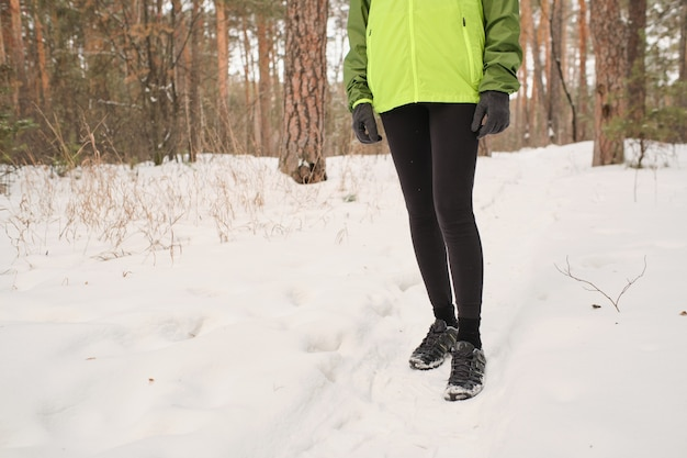 Gros plan, de, méconnaissable, femme, dans, chaussures sport, randonnée, dans, hiver, forêt