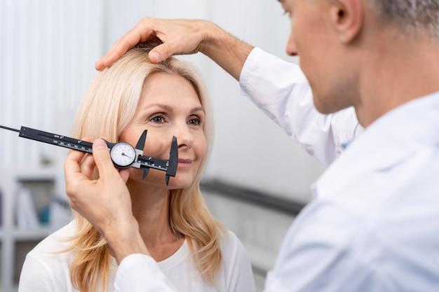 Gros plan sur un médecin mesurant avec un outil