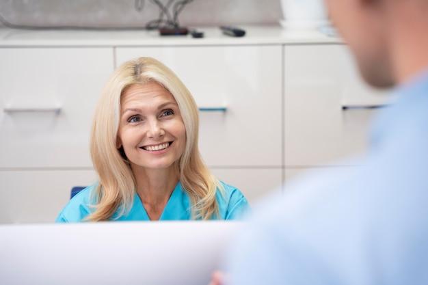 Gros plan sur le médecin et le patient à la clinique