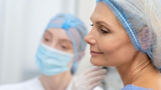 Gros plan médecin portant un masque facial
