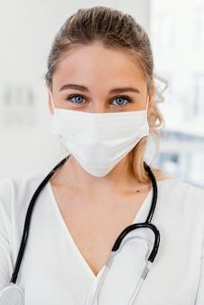 Gros plan médecin portant un masque