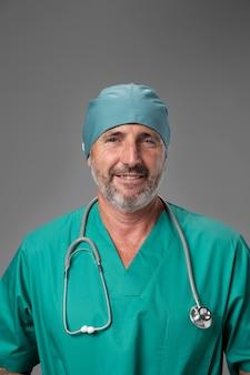Gros plan sur un médecin se préparant au travail