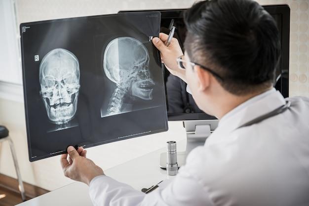 Gros plan d'un médecin tenant une radiographie, film radiographique d'un patient à l'hôpital.