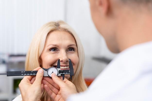 Gros plan sur un médecin vérifiant un patient heureux