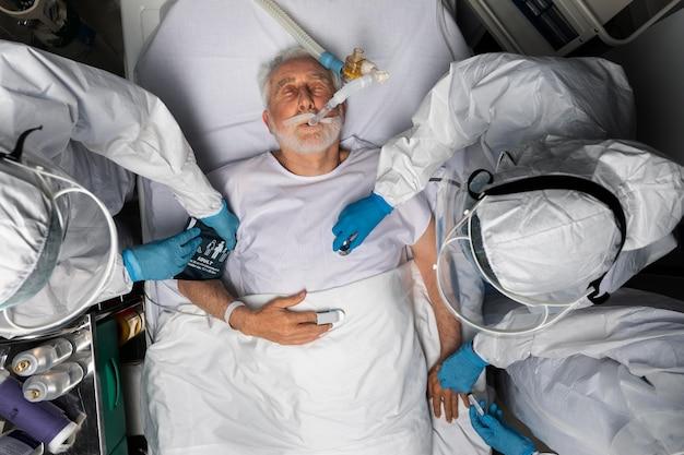 Gros plan sur les médecins prenant soin de la vue de dessus du patient