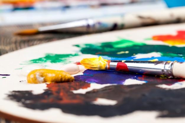 Gros plan sur le mélange de différentes couleurs de peintures