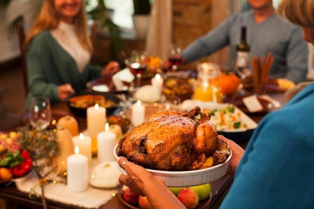 Gros plan des membres de la famille au dîner