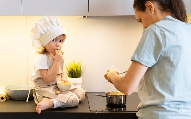 Gros plan, mère, cuisine, à, enfant