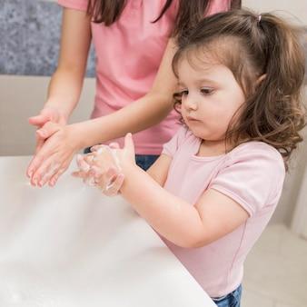 Gros plan, mère fille, dans, salle bains