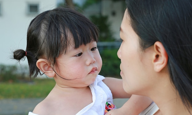 Gros Plan Mère Portant Sa Petite Fille Pleurait Dans Le Parc Photo Premium