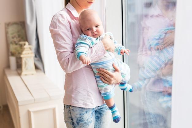 Gros plan sur une mère tenant un nouveau-né dans les bras